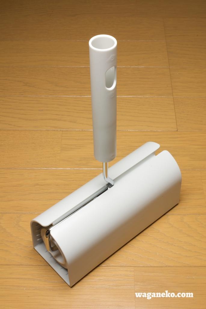 普通、百金などで売られているカーペットクリーナーはプラスチックの留め具が付いた容器に収める機構のものが多いですが、その容器の難点は留め具の部分が開け閉めし  ...
